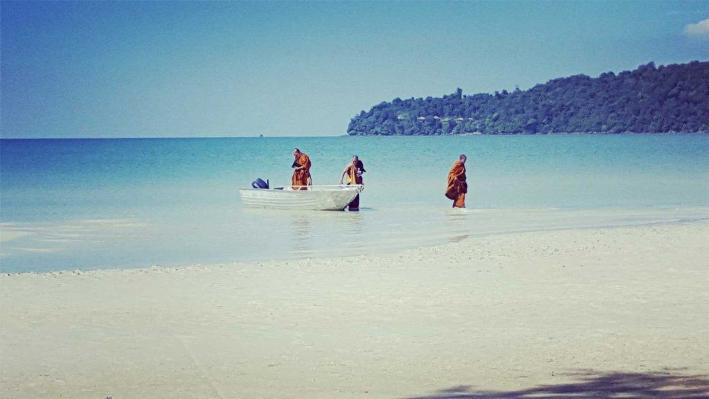 Monks-on-szaracén-Bay-Koh-Rong-Samloem