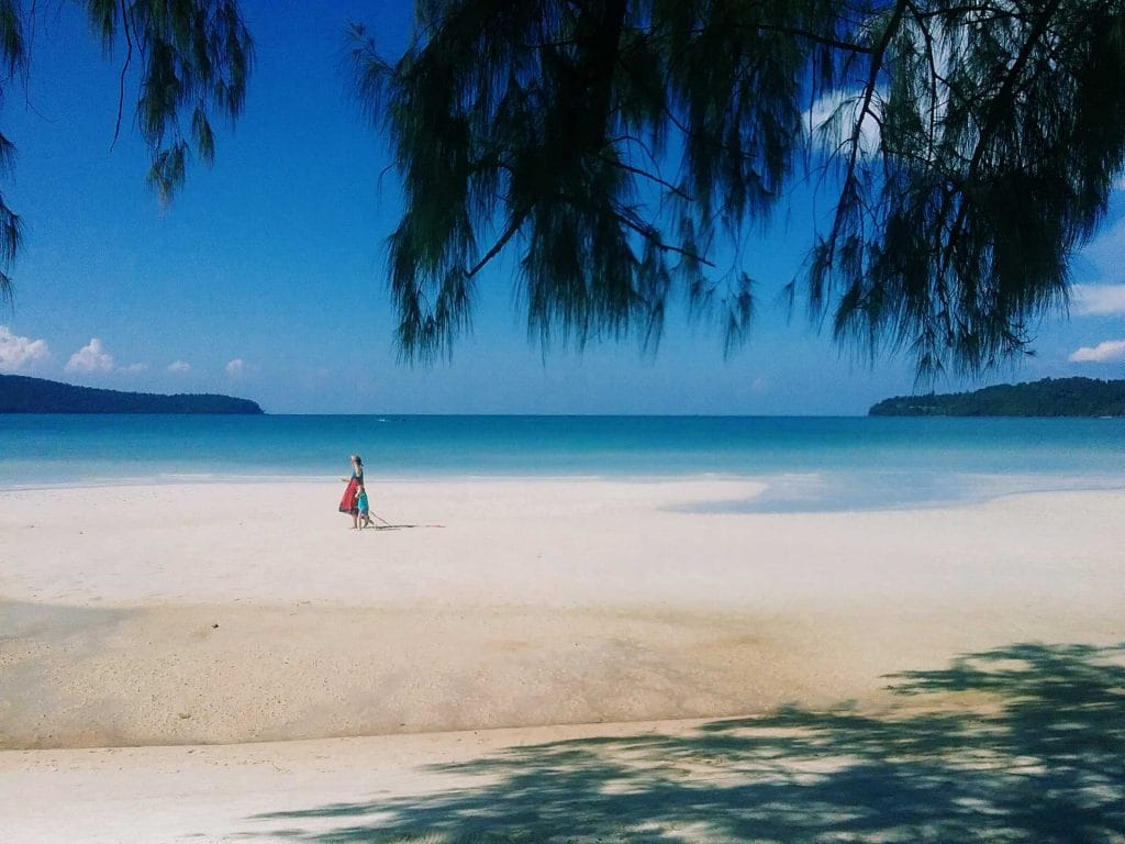 Moeder-en-kind-on-Saraceense-Bay-Koh-Rong-Samloem