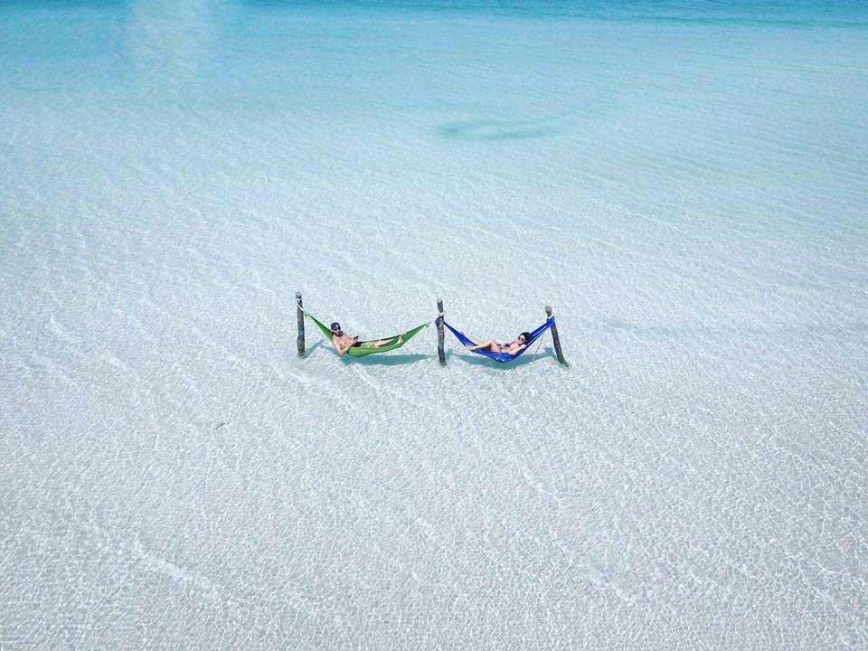 2 Mensen liggen in hangmatten te water bij Saracen Bay op Koh Rong Samloem