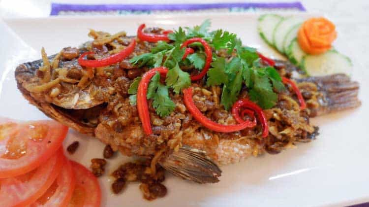 Kambodža-Fried-Fish-at-Food-Shop-in-Sihanoukville
